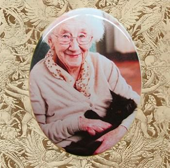 porcelain-photo-old-woman-with-cat